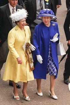 Princess Margaret Countess of Snowden and Queen Elizabeth II Princesa Margaret, Hm The Queen, Queen Mary, Royal Queen, Princess Elizabeth, Queen Elizabeth Ii, Sister Poses, Margaret Rose, Royal Uk