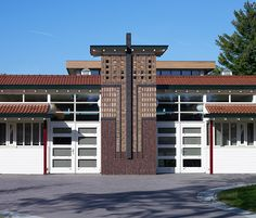 In Wilp, the Netherlands, the architects attached great importance to the details of the facade. They used three different facing bricks in various bond brickworks.