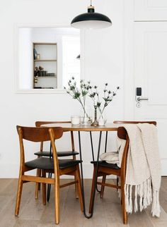 Awesome Farmhouse Dining Room Design Ideas minimal white dining room with wood furniture Related posts: Incredible Dining Room Design Ideas. Find more dining room decor ideas! Modern Dining, Interior, Dining Room Small, Dining Room Lighting, Minimalist Dining Room, Home Decor, House Interior, Home Interior Design, Modern Farmhouse Dining Room
