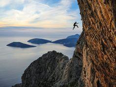 Un saut en plein escalade - Crédit : Keith Ladzinski / Red Bull Content Pool