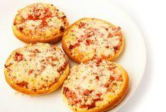 A mini pizza é uma ótima sugestão de entrada para festas infantis. Todo mundo adora e as crianças principalmente. Para mais opções de cardápio veja em nosso site http://www.seuevento.net.br/uberlandia/artigos-e-dicas/01/07/2014/o-que-servir-como-entrada-em-uma-festa-infantil/