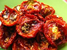 How to make oven dried tomatoes (sun-dried tomatoes) I tried these the other day and was blown away because I normally don't like cooked tomatoes! Make Sun Dried Tomatoes, Fruits And Veggies, Vegetables, Dehydrated Food, Pasta, Snacks, Canning Recipes, Vegetable Dishes, Vegetable Recipes
