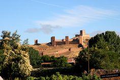 El castillo de Molina de Aragón es inmenso, está encima de una loma y se extiende por la falda de la misma. Su origen es celtíbero, fue utilizado por los árabes y luego por los Señores de Molina.
