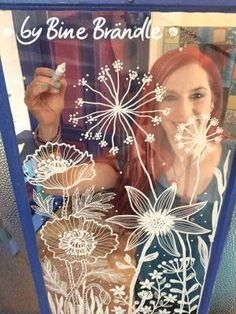 Luftige Blumenwiese an der Glastür. Zauberhafte Motive mit abwischbaren Kreidemarkern auf die Scheibe malen. Eine fantastische Deko für Frühling und Sommer! Mit Hilfe der tollen XXL- Vorlagen von Bine Brändle die großen Blumen und Blüten ganz einfach auf die Fensterscheibe ab pausen. Ein riesengroßer Spaß für die ganze Familie!