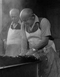 Steckerlfischbrater in München, 50er Jahre Stöhr/Timeline Images #black #white #schwarz #weiß #Fotografie #photography #historisch #historical #traditional #traditionell #retro #vintage #nostalgic #Nostalgie #München #Munich #50er #1950er #Stimmung #Atmosphäre #Steckerlfisch #Stangerlfisch #Fisch #Essen #braten #Steckerlfischbrater Timeline Images, Retro Vintage, Painting, The Fifties, Mood, Nostalgia, Traditional, Roast, Monochrome
