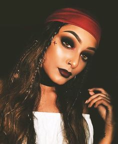 10 sexy Halloween make-up ideas - Hallowen Rocks Pirate Halloween Costumes, Halloween Inspo, Halloween Makeup Looks, Couple Halloween, Halloween Outfits, Sexy Pirate Costume, Diy Pirate Costume For Women, Pirate Costume Couple, Halloween Halloween