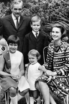 La Familia Real de Mónaco en 1967. En primera fila la princesa Carolina, la princesa Stéphanie,  y la princesa Grace, en segunda fila el príncipe Raniero y el prpíncipe Alberto de Mónaco y el príncipe Alberto de Mónaco.