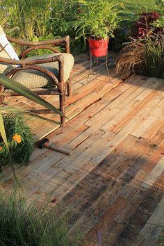 Platelage de bois de palettes pour une jolie térrasse d'été