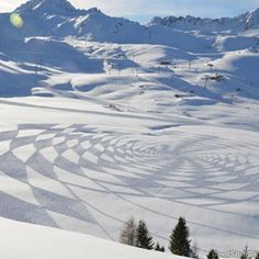 Simon Beck, artist made these intense geometrical designs by snowshoe footprints. Beck has been making these pieces of land art since 2004 by trampling around freshly fallen snow at the French Les Arcs ski resort. Land Art, Simon Beck, Snow Artist, Art Environnemental, Voyager Loin, Surf, Map Maker, Ice Art, Crop Circles