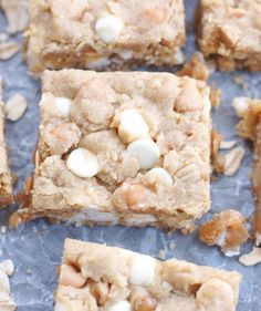 These Loaded Oatmeal Peanut Butter Bars have so much going on inside. Peanut butter, white chocolate chips, peanut butter chips and caramel bits. Peanut Butter White Chocolate, Chocolate Chip Bars, Chocolate Marshmallows, Peanut Butter Chips, Creamy Peanut Butter, White Chocolate Chips, Chocolate Desserts, Homemade Cafe, Kraft Caramel Bits