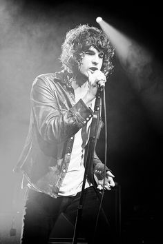 There's something about Luke Pritchard because he's not exactly hot but when he's singing. he's on fucking fire Kinds Of Music, I Love Music, Music Is Life, The Kooks, Psychedelic Rock, Extraordinary People, Famous Singers, Concert Photography, Look At You
