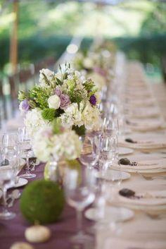 Eine lange Tafel mit vielen vielen Gästen? Dann verzichtet auf hohe Zentralstücke bei der #Tischdeko, sondern nutzt eher viele einzelne Blumengestecke! Aber bloß nicht zusammenhängend. Das wirkt altbacken!