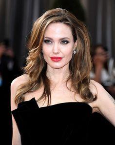 """Angelina Jolie(アンジェリーナ・ジョリー) 昔付き合っていた女優のジェニー・シミズに交際を暴露されてしまったアンジェリーナ・ジョリー。「自分のセクシャリティを隠していたことはないわ」とバイセクシャルを告白! 「でもブラッドと付き合い始めてからは、女性と付き合うのもSMもやめたの」とか。でもこれ、ブラッド・ピットとの関係を大切にするってことで、""""バイセクシャルをやめた""""宣言ではないのがポイント! 女性&男性含めて、一番好きなのがブラッドっていうのは……当然?"""