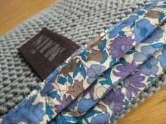 Couverture tricotée au point mousse, Grains de Maïs Et modèle de valise...pour la maternité.