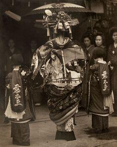oiran (courtesan prostitute) on parade, rear view. 1930's. photographer Toyo Okamoto