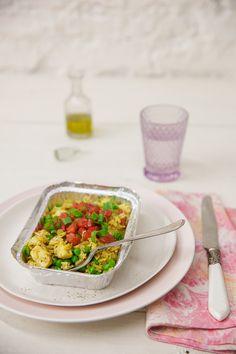 Galinhada com ervilha e saladinha de tomate | Receita Panelinha:  A tradicional receita brasileira ganha uma versão mais leve e para um. Preparada com filé de frango, ervilha e servida com saladinha de tomate a galinhada deixa o almoço do dia a dia ainda mais atrativo.