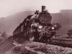 Pražská 375.032 s rychlíkem koncem 30. let u zastávky Bezpráví; zdroj: Dráha 3/2011