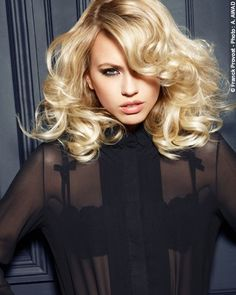 *Smoking Couture* The version is entirely tousled with the fingers, then a few tendrils are picked out using curling tongs. To finish, the curls are teased out head forward for maximum volume. To finish, curls are tousled and separated with Franck Provost Absolu de Lumiere.