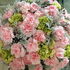 Bom dia ! Receber flores dá uma sensação de bem estar, alegria ,felicidade...prazer. É bom receber flores,é sinal que somos queridos por alguém... E quando sentimos alegria,isso dá-nos bem estar...e, o nosso bem estar no diariamente vai-nos ajudar a ter uma qualidade de vida melhor...e, uma qualidade de vida melhor dá-nos mais saúde. Então hoje dou-vos saúde,aqui ofereço não uma flor,mas um lindo ramo de rosas. Obrigada pela vossa amizade. Tenham todos uma boa qualidade de vida!!!
