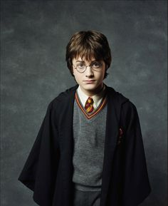 Harry James Potter (Daniel Radcliffe) 2001 Harry Potter and the Sorcerers Stone… Harry Potter Sign, Young Harry Potter, Images Harry Potter, Harry Potter Actors, Harry James Potter, Harry Potter Movies, Godzilla, Richest Actors, Daniel Radcliffe Harry Potter