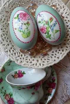 Living a Simple and Blessed Life Egg Crafts, Easter Crafts, Diy And Crafts, Types Of Eggs, Egg Shell Art, Easter Egg Designs, Painted Gourds, Easter Colors, Plate Art