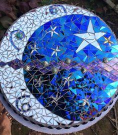 This beautiful mosaic stepping stone would be easy to do. Mosaic Stepping Stones, Stone Mosaic, Mosaic Glass, Mosaic Tiles, Stained Glass, Mosaic Pots, Homemade Stepping Stones, Decorative Stepping Stones, Mosaic Birdbath