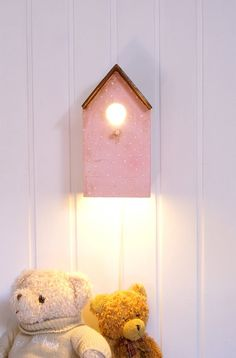 Lámpara casita Ref.LC-rosa-claro    Realizada totalmente a mano en papel maché y madera. Decorada en rosa claro y marrón chocolate, el