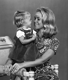 Elizabeth Montgomery as 'Samantha' and Erin Murphy as 'Tabitha' in Bewitched Agnes Moorehead, Bewitched Tv Show, Bewitched Elizabeth Montgomery, Erin Murphy, Old Tv Shows, Classic Tv, Classic Hollywood, Actors & Actresses, Flower Girl Dresses