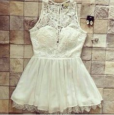 Vestido branco de renda com saia de tecido fino