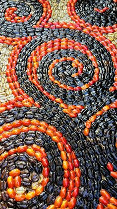 Spiral mosaic handmade with coffee beans, Huayruro seeds, grains, drift seeds and resin by Decoesferas Eco Design decorating ideas for the home ecofriendly art crafts by Guatemalan artisans beautiful textures, forms and stunning colors.  Mosaico en espiral hecho a mano con semillas de Pito, granos de café de Guatemala y resina ideas de decoración Amigables con el medio ambiente artesanías ecológicas lindas texturas, formas y colores.