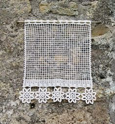 fr_paire_de_rideaux_en_filet_et_dentelle_de_crochet_couleur_ecru_ Plus Filet Crochet, Art Au Crochet, Crochet Lace Edging, Crochet Amigurumi, Crochet Motifs, Easy Crochet, Crochet Hooks, Crochet Patterns, Crochet Curtains
