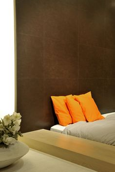 Een kurkwand voegt een vleugje elegantie toe aan de slaapkamer #kurk #wand #leer Floor Chair, Walls, Flooring, Wallpaper, Furniture, Design, Home Decor, Decoration Home, Room Decor