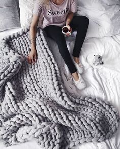 Knitting Blanket Tutorials - How to Make Large Chunky Blanket wool yarn chunky These Are the Easiest Tutorials for That Chunky Knit Blanket Everyone Loves Knitted Blankets, Merino Wool Blanket, Throw Blankets, Diy Easy Blankets, Winter Blankets, Large Blankets, Wool Yarn, Knitted Rug, Crochet Throws