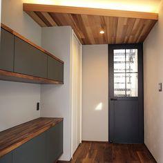 愛知県名古屋市の注文住宅クラシスホーム。  ウォルナットの天板にダークグレーの框戸。  デザインと使い勝手を考えた造作家具のある暮らし。#間接照明#造作棚#製作建具