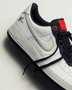 """OUT NOW 🖤🤍 Check hier de Nike Air Force 1 '07 LX 'Milky Storke'! De geborduurde kraanvogel op de hak is geïnspireerd op het Japanse gezegde """"tsuru wa sennen, kame wa mannen"""" en verwijst naar langdurige stijl, comfort en succes."""