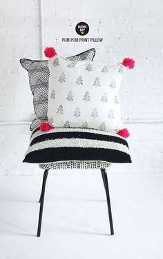 DIY printed pom pom pillows by Nx Diy Pillows, Decorative Pillows, Cushions, Pillow Ideas, Throw Pillows, White Pillows, Bed Ideas, Baby Dekor, I Spy Diy