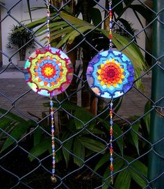 Mandala de crochet em CD reciclado | Flickr - Photo Sharing!...Any round crochet pattern with lots of spaces would work to make these CD mandala hanging decorations!!