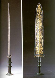 錯金幾何雲紋劍, An ornate bronze sword inlaid with gold, China Warring States period. The sword is still in spectacular condition.
