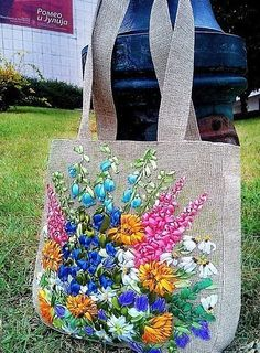 Awesome Ribbon Embroidery On Bags And Teaching How To Make These Amazing Ribbon Flowers Embroidery Bags, Types Of Embroidery, Learn Embroidery, Silk Ribbon Embroidery, Crewel Embroidery, Embroidery Designs, Lazy Daisy Stitch, Embroidery Techniques, Purses And Bags