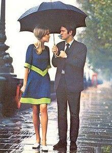 Pattie Boyd & Tom Courtenay walking in the rain. Shot in 1963 by John Cowan for Seventeen Magazine. Retro Mode, Vintage Mode, 1960s Fashion, Vintage Fashion, Mod Fashion, Latest Fashion, Paris Fashion, British Fashion, Hippie Fashion