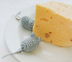 Fuente: https://www.etsy.com/es/listing/93587427/mouse-earrings-mouse-and-cheese-grey?ref=shop_home_active