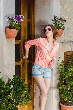 Camasa casual piersica Magnum: Camasile sunt nelipsite deoarece fiecare femeie dorește să fie elegantă și feminină atât la serviciu, cât și în zilele obișnuite. Smart Casual, Ruffle Blouse, Instagram Posts, Tops, Women, Fashion, Moda, Women's, La Mode