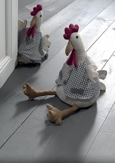 Discover thousands of images about Bloque porte POULE & COQ / De chez Cocktail Scandinave Plus Easter Crafts, Felt Crafts, Diy And Crafts, Sewing Tutorials, Sewing Crafts, Sewing Projects, Doll Patterns, Sewing Patterns, Chicken Quilt