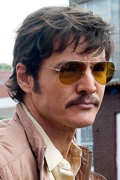PEDRO PASCAL - Javier Pena dans la série Narcos