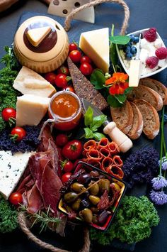 How to Make an Antipasto Platter. 6 Tips to make a fabulous antipasto platter… Dinner Party Recipes, Snacks Für Party, Appetizer Recipes, Salad Recipes, Appetizers, Healthy Recipes, Italian Antipasto, Antipasto Salad, Antipasto Platter