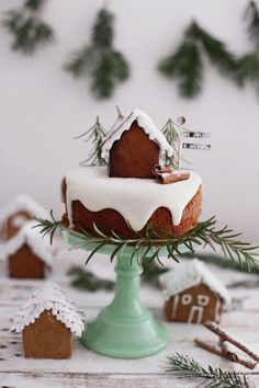 Best Christmas Cakes for Children: Delicious Recipes - Petit & Small We've selected the best Christmas cakes. The sweetest and most delicious flashy ideas to surprise your guests and your children. Holiday Cakes, Christmas Desserts, Christmas Treats, Christmas Cakes, Christmas Christmas, Christmas Kitchen, Christmas Lights, Christmas Cake Designs, Traditional Wedding Cakes