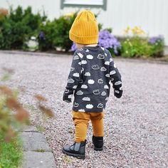 ☁️ c l o u d s ☁️ Den lille motekongen Malte gjør det igjen og igjen!; enda et fantastisk antrekk som inspirerer til tusen Den nydelige genseren med sky-print fra H&M er virkelig perfekt å kombinere med høstens herlige farger! Og sennepsgult/oransje med svart/hvitt er jo råååfint! Genseren kommer i str. 68-92 og koster kun 49,90,-, og lua i str. 62/68-86/92 til 59,90,-. Regram: @emejan ✨ #fashionforminis1 #babyfashion #kidsfashion #sweet #new #newin #outfit #ootd #yellow #blac...