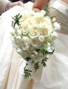 ホワイトローズのセミキャスケードブーケ(生花) Silk Flower Bouquets, Silk Flowers, Home Flower Arrangements, Table Decorations, Home Decor, Flowers, Decoration Home, Room Decor, Interior Design
