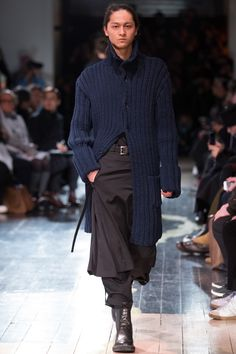 See the complete Yohji Yamamoto Fall 2016 Menswear collection.