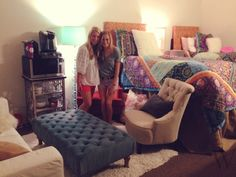 College dorm room with living room set up! Perfect for having friends over or a relaxing study spot! Dorm Life, College Life, College Goals, Dorm Room Designs, Cute Dorm Rooms, Dormitory, College Dorm Rooms, My New Room, Dorm Decorations